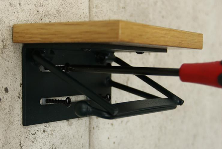 打ち込んだアンカーの上から本体を通し、商品に付属されているネジでしっかりと止めます