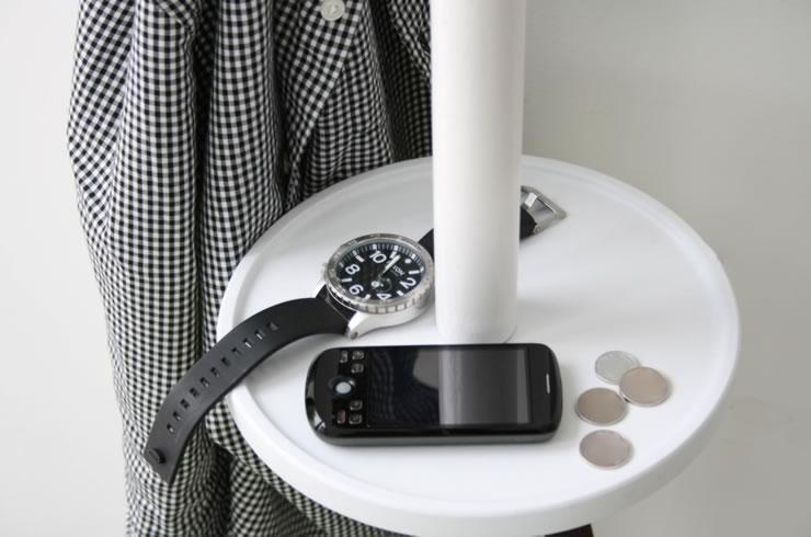 中央の円形トレイには、時計やアクセサリーなど出掛ける際に忘れがちなちょっとした小物が収納できます。