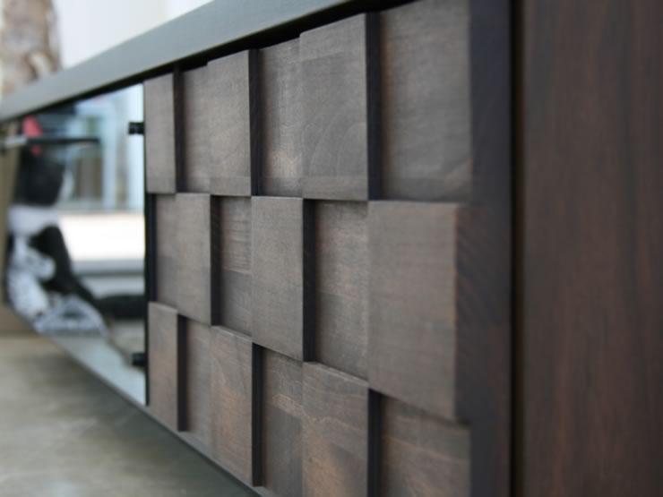 本体前板には、手の込んだタイルチップ状の凸凹デザインを施しました。
