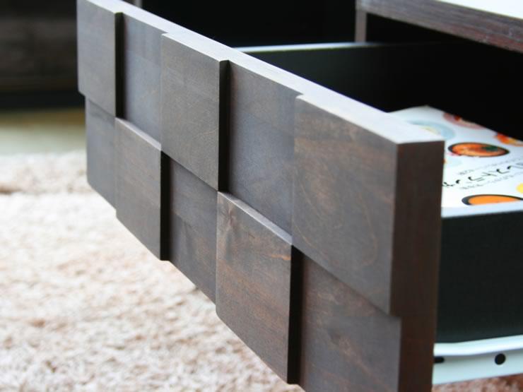 引出前板には、手の込んだタイルチップ状の凸凹デザインを施しました。