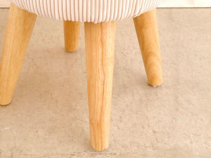 放射状に広がる脚のおかげで、小さいながらも安定感があります。