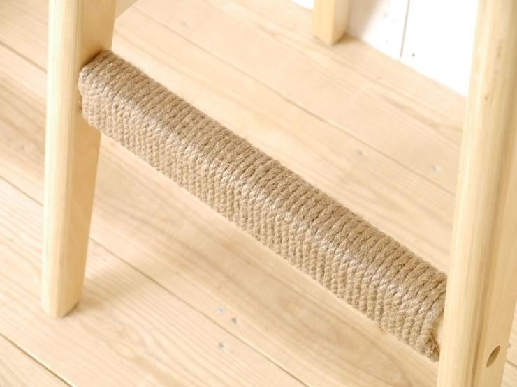 座面生地と雰囲気を合わせた足掛けの麻ヒモがポイントです。