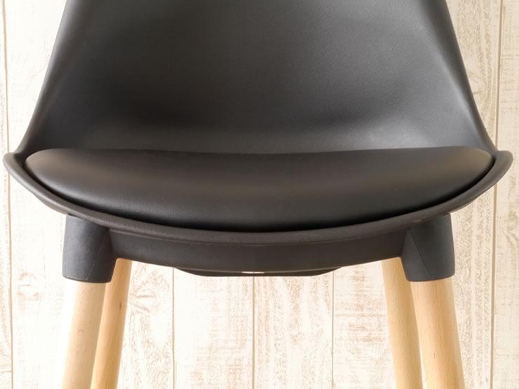 メンテナンス性のよいPUレザーの座面は、しっとりとした手触りです。